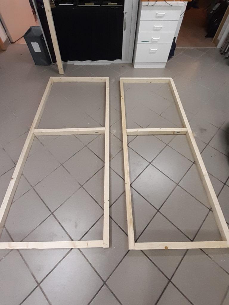 Der Rahmen für die Sprecherkabine wurde aus einfachen Holzlatten zusammengeschraubt.